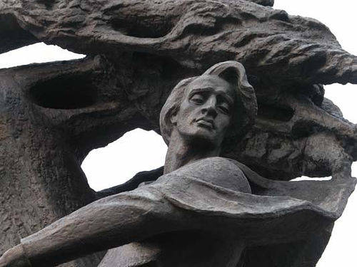 "New Chopin discovery published in ""BEL CANTO: Chopin Teaching Singers"" by Icons of Europe (2013).-  Chopin munument, Lazienki Park, Warsaw;  photo by CC BY-NC-SA Patrick_f."